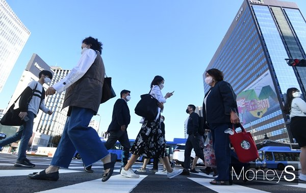 24일부터 완화됐던 사적모임 기준이 다시 강화된다. 사진은 지난 23일 서울 종로구 광화문사거리에서 시민들이 출근하는 모습. /사진=장동규 기자