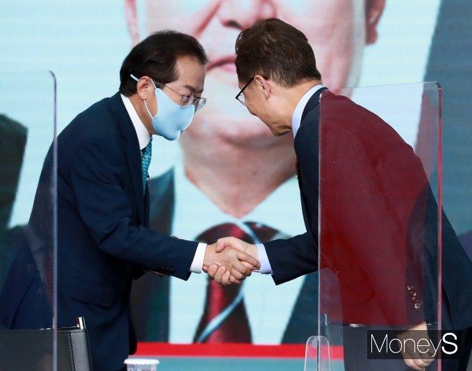 [머니S포토] 방송토론회 앞서 인사하는 홍준표·최재형