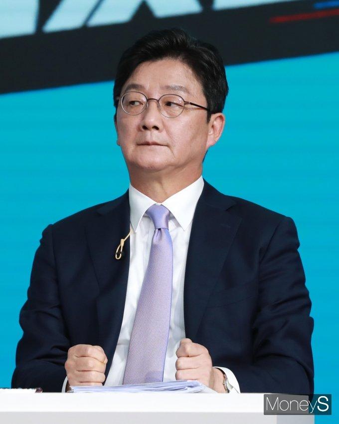 [머니S포토] 2차 방송토론회 준비하는 유승민