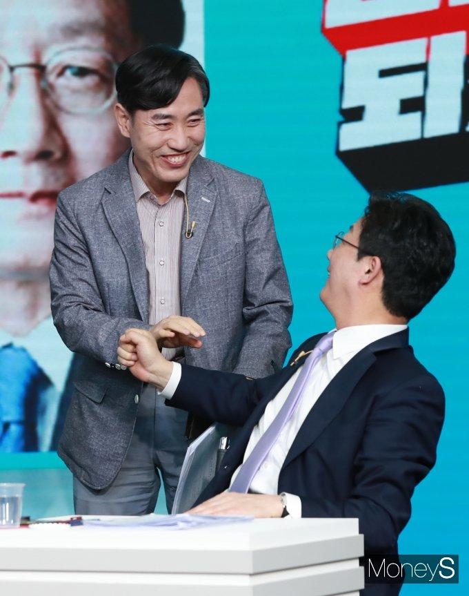 [머니S포토] 2차 토론회 앞서 유승민과 인사하는 하태경