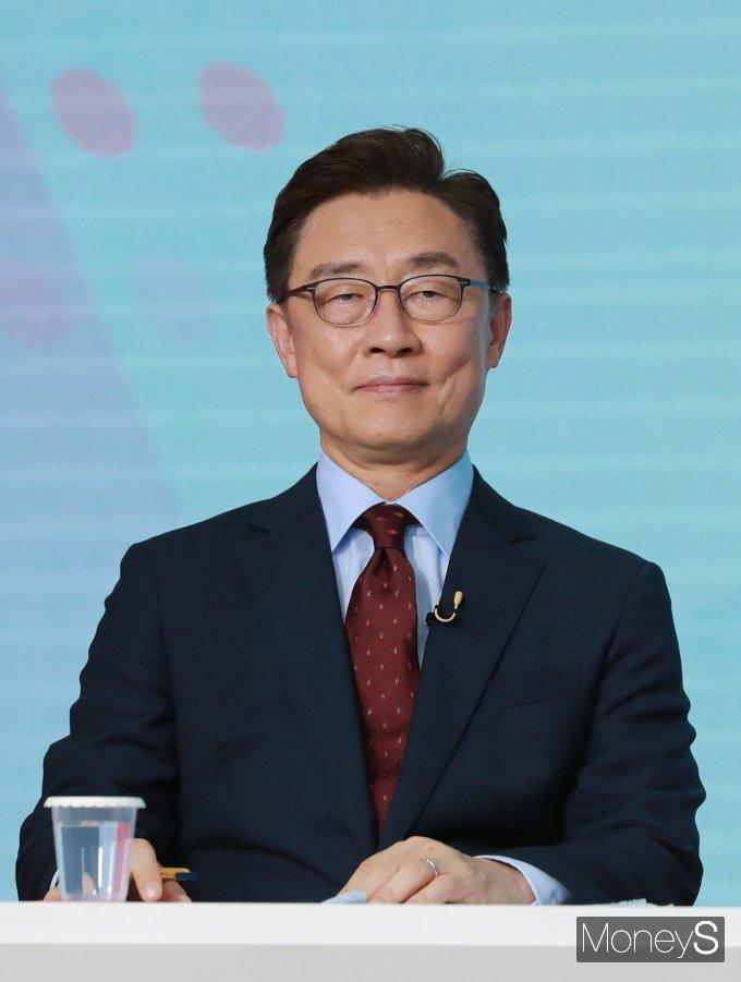 [머니S포토] 최재형, 2차 방송토론회 준비