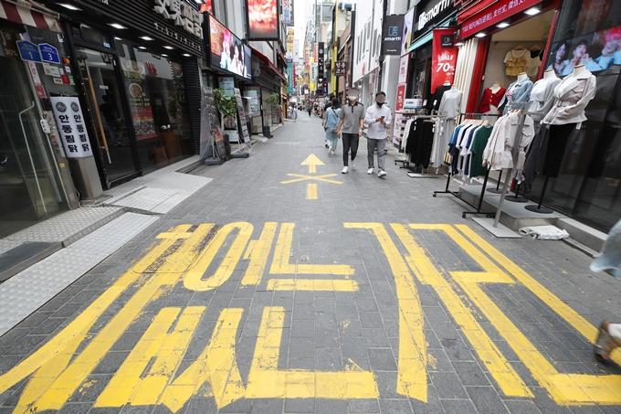 지난 24일 방역당국이 위드 코로나를 검토한다면서도 급격한 방역수칙 완화는 없을 것이라고 밝혔다. 사진은 지난 6일 서울 중구 명동 거리 모습. /사진=뉴스1
