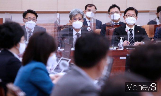 [머니S포토] '대장동 개발VS고발사주 의혹' 여·야 법사위 격돌