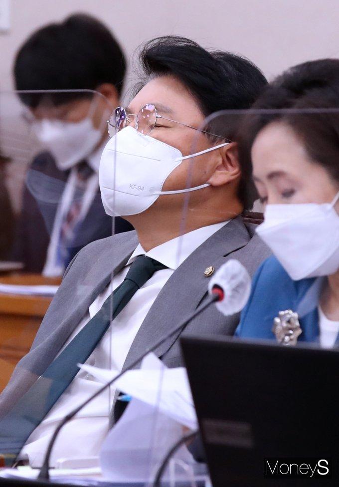 [머니S포토] 子 사회적 물의 여파 속 국회 법사위 참석한 장제원