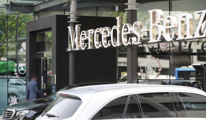 올 1~8월 국내에서 가장 많이 판매된 수입차는 '벤츠 E250'으로 조사됐다. 사진은 서울시내 한 벤츠 전시장. /사진=뉴스1