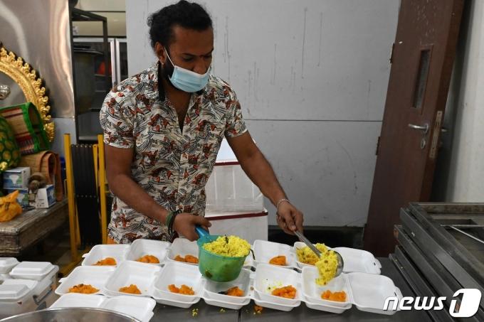 싱가포르의 한 식당에서 직원이 마스크를 쓴 채 업무를 보고 있다. © AFP=뉴스1