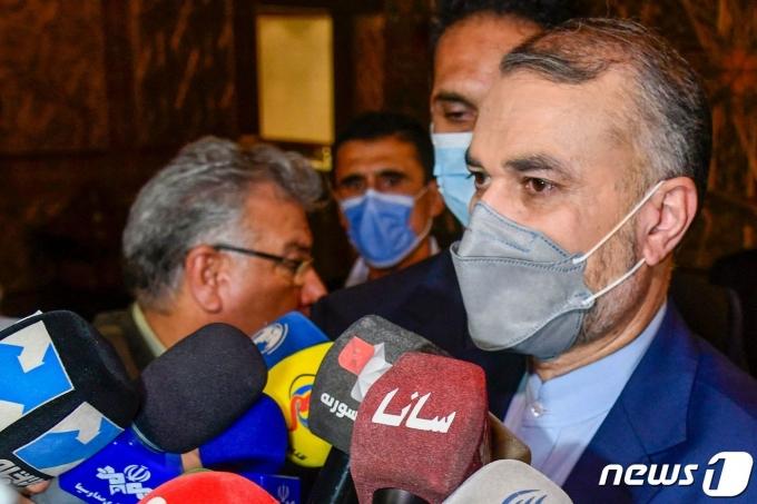 호세인 아미르압둘라히안 이란 외무장관이 시리아 다마스쿠스에서 기자들과 만나 발언하고 있다.  © AFP=뉴스1