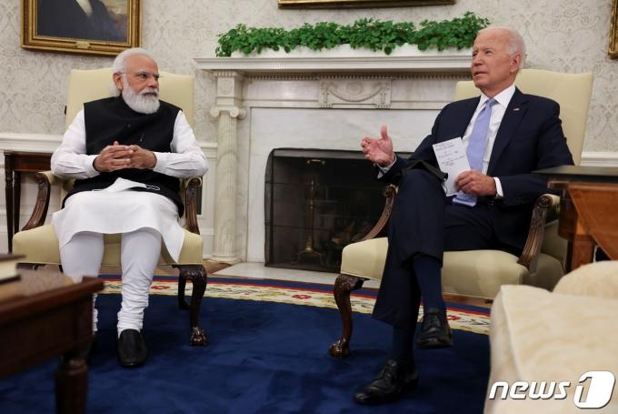 24일 백악관에서 만난 나렌드라 모디 인도 총리(왼쪽)와 조 바이든 미국 대통령. © 로이터=뉴스1