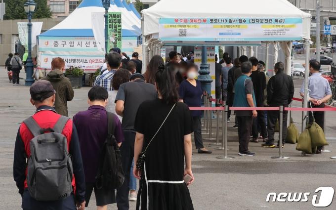 25일 서울 중구 서울역광장에 마련된 선별검사소에서 시민들이 코로나19 검사를 받기 위해 줄을 서서 기다리고 있다. /뉴스1 © News1 박세연 기자