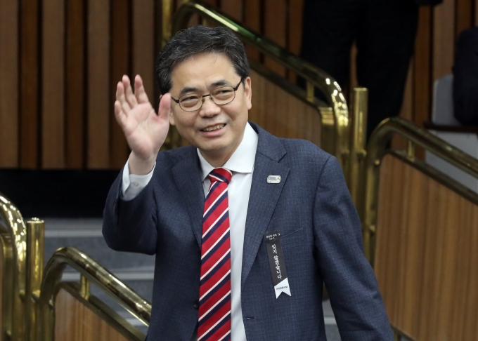 곽상도, '아들 퇴직금 50억' 논란에 결국 국민의힘 탈당