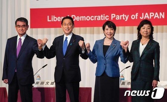 도쿄 자민당 본부에서 열린 당 총재 선거 후보 공동 기자회견에서 4명의 후보가 나란히 서서 주먹을 불끈 쥐고 있다. 왼쪽부터 고노 다로, 기시다 후미오, 다카이치 사나에, 노다 세이코. © AFP=뉴스1