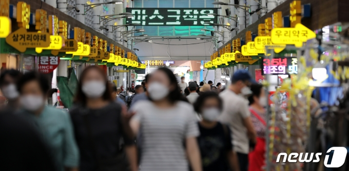 지난 26일 서울시내의 한 전통시장에 코로나19 예방 관련 문구가 나오고 있다. 2021.9.26/뉴스1 © News1 이승배 기자