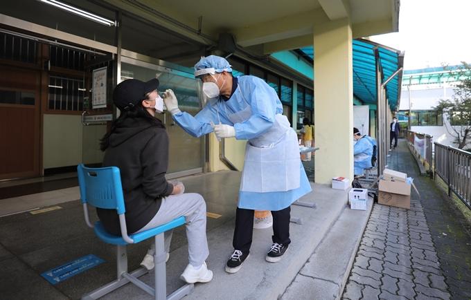 27일 질병관리청이 소아·청소년에 대한 신종 코로나바이러스 감염증(코로나19) 백신 접종 계획을 발표한다. 사진은 지난 23일 서울 중구 금호여자중학교에서 코로나19 검사를 받는 학생. /사진=뉴스1