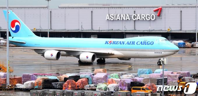 대한항공의 아시아나항공 인수·합병(M&A) 심사 승인이 지연되고 있다. 사진은 지난 8월 인천공항 화물터미널에서 대한항공 화물기가 착륙하고 있는 모습. /사진=뉴스1