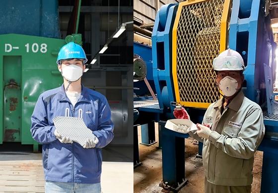 삼성전자 직원(왼쪽)이 폐수에서 추출한 무기슬러지를, 제철세라믹 직원은 폐수슬러지를 재활용해 만든 형석대체품을 들고 있다. /사진=현대제철