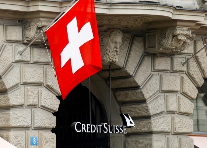 지난 26일(이하 현지시각) AFP통신은 이날 스위스가 동성혼을 합법화했다고 보도했다. 매체에 따르면 총 유권자의 52%가 참여한 투표에서 64.1%가 동성 결혼에 찬성했다. 사진은 스위스 취리히 시내에 걸린 스위스 국기. /사진= 로이터