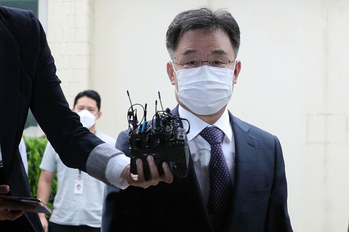 27일 화천대유 최대주주 김만배씨가 참고인 조사를 위해 서울 용산경찰서에 출석했다. 사진은 이날 경찰에 출석하는 김씨 모습. /사진=뉴스1
