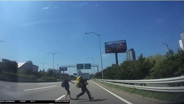 지난 25일 커뮤니티 '보배드림'에 올림픽대로에서 무단횡단을 하던 이들이 찍힌 블박영상이 올라왔다. 누리꾼들은 무단횡단을 너무 쉽게 생각한다며 비판했다. /사진=커뮤니티