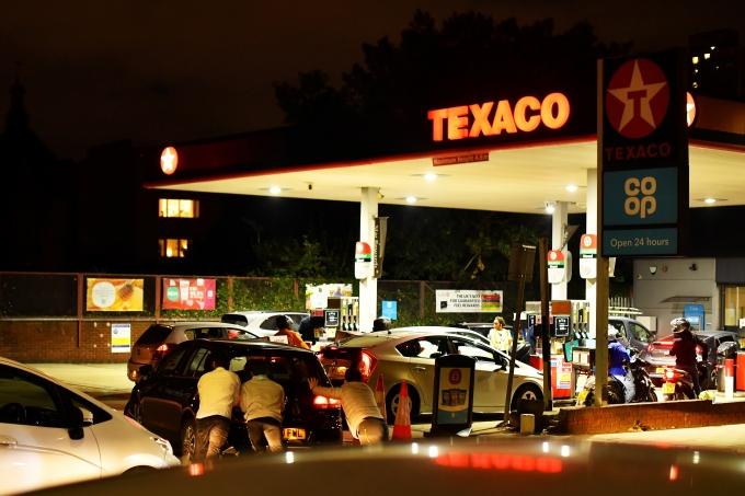 지난 26일(이하 현지시각) 인디펜던트와 로이터통신에 따르면 영국 주유소 3분의 1이 비면서 연료 부족 현상을 맞고 있다. 사진은 이날 영국 런던에 위치한 텍사코 주유소에서 연료를 채우기 위해 대기하고 있는 사람들. /사진= 로이터