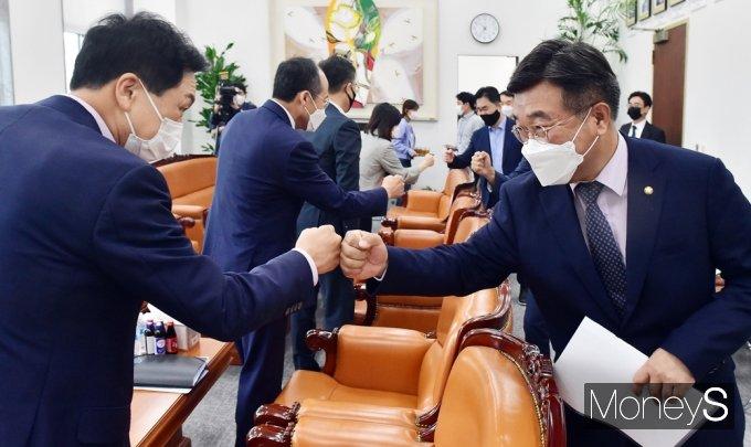 [머니S포토] 본회의 앞둔 與·野 '언중법' 처리, 최종 협의