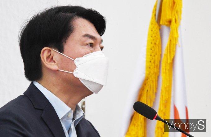 [머니S포토] 긴급 담화 갖는 국민의당 '안철수'