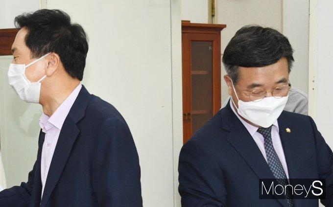[머니S포토] 어색한 기류 윤호중·김기현, 여야 언론중재법 놓고 막판 협의
