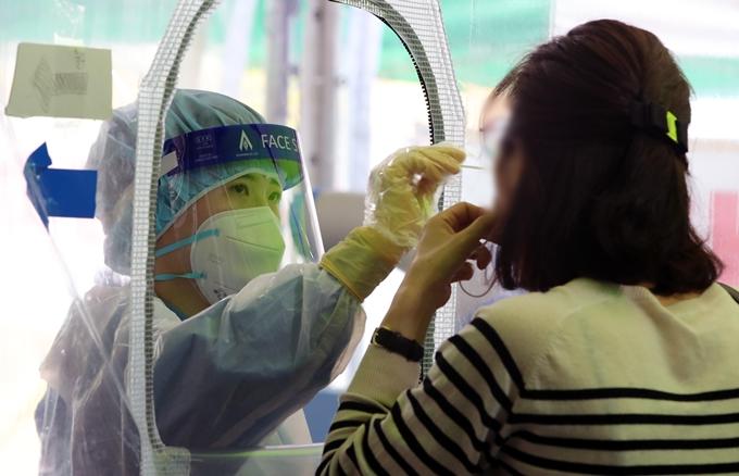 백신 1차 접종률 70% 넘었는데… 확산세 여전한 이유는?