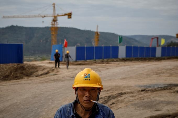 중국이 호주로부터 석탄 수입을 중단하면서 전력난을 겪고 있다. 사진은 지난 13일 중국 내 탄광 공사 현장에 서 있는 노동자 모습. /사진=로이터