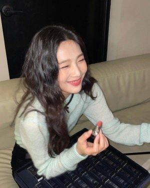 '크러쉬♥' 조이, 심쿵 러블리 매력… 눈에 띄는 립 메이크업