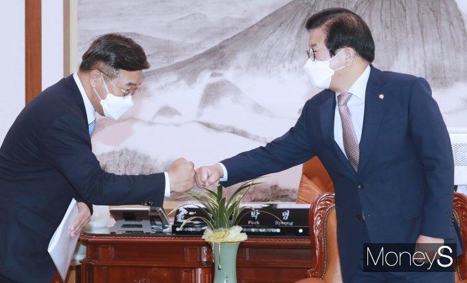[머니S포토] 국회의장 회동 앞서 인사 나누는 與 윤호중