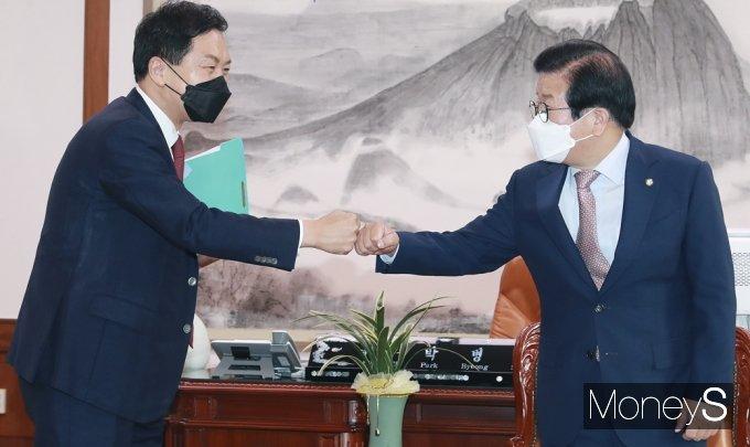 [머니S포토] 국회의장 회동 앞서 인사 나누는 野 김기현