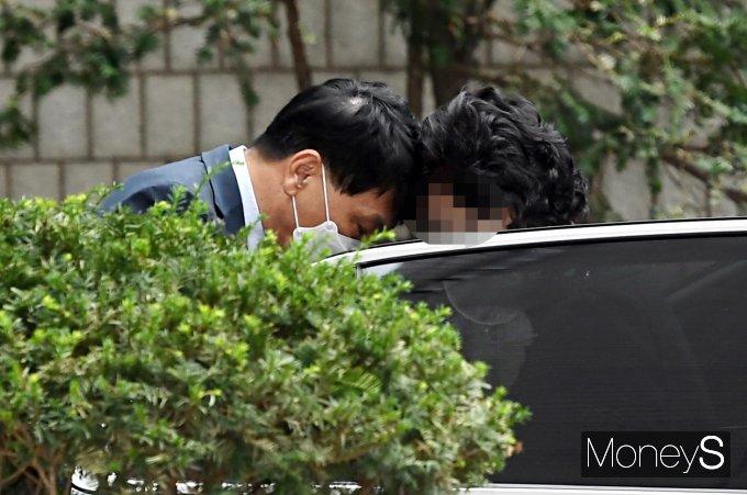 [머니S포토] 차량에서 내리며 변호인과 대화하는 윤석열 장모 최모 씨