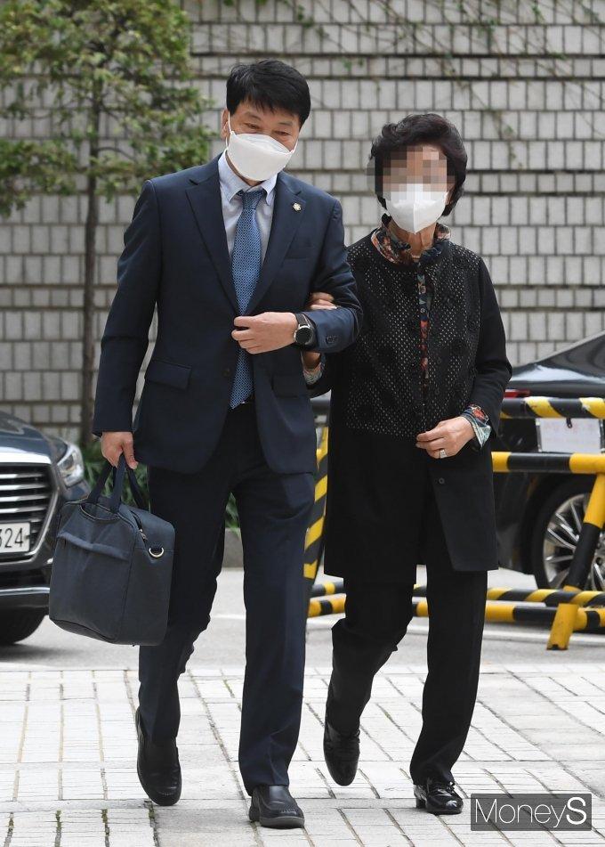 [머니S포토] 윤석열 장모 최 모씨, 보석 석방 후 첫 재판 출석