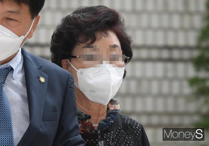 [머니S포토] 윤석열 장모, 2차 공판 출석