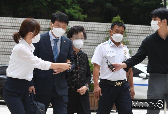 [머니S포토] 요양급여 부정수급 혐의 윤석열 장모, 항소심 공판 출석