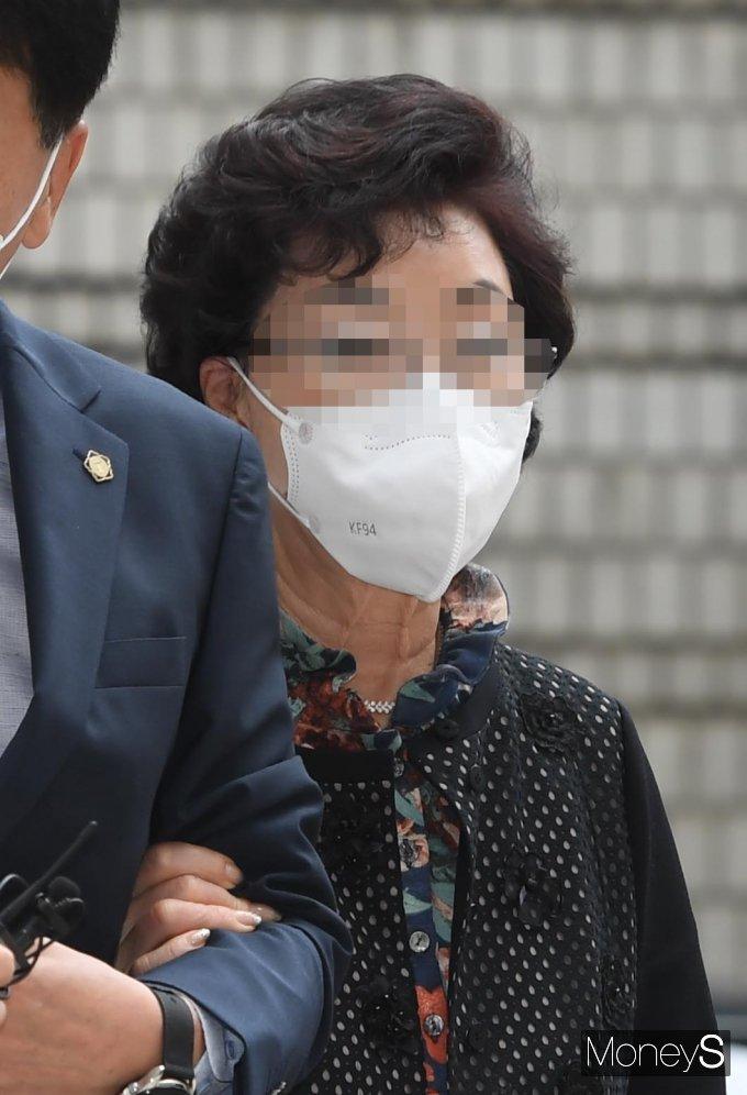[머니S포토] 보석 석방 후 첫 재판 출석한 윤석열 장모 '묵묵부답'