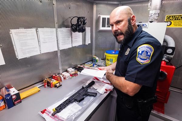 미국 내 살인사건이 지난해보다 30% 가까이 증가했다는 보도가 나왔다. 사진은 지난 7월 워싱턴주 경찰국 형사가 범죄 후 압수된 총기에 대해 설명하는 모습. /사진=로이터