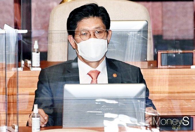 [머니S포토] 국회 본회의 출석한 노형욱 국토 장관