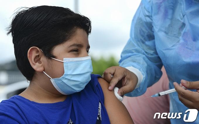 26일(현지시간) 온두라스 테구시갈파에 마련된 코로나19 백신 접종소에서 청소년이 화이자 백신을 맞고 있다. © AFP=뉴스1 © News1 우동명 기자