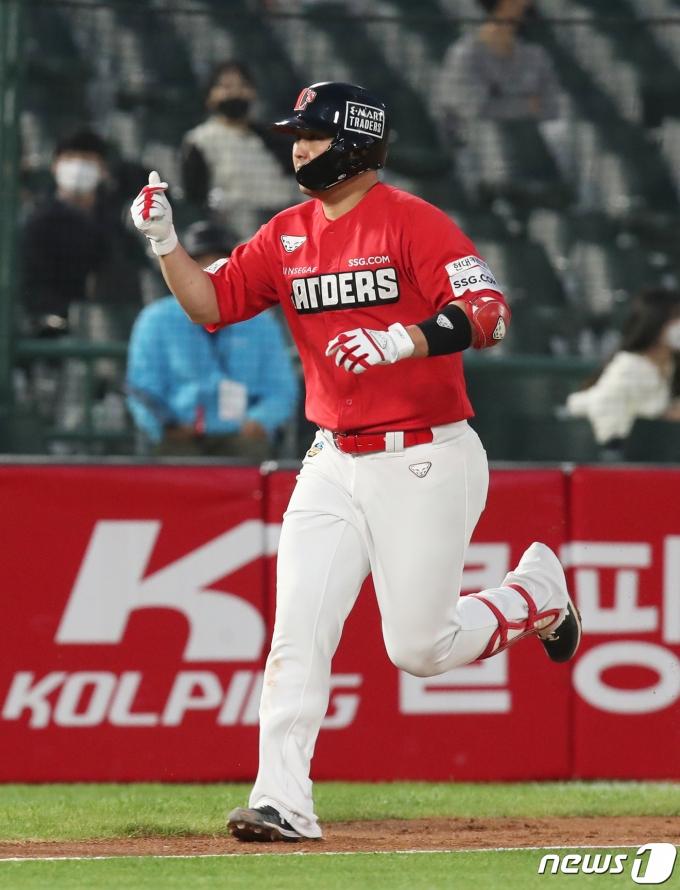 최정이 시즌 28호 홈런으로 홈런 부문 공동 선두에 올랐다. 뉴스1 © News1 여주연 기자