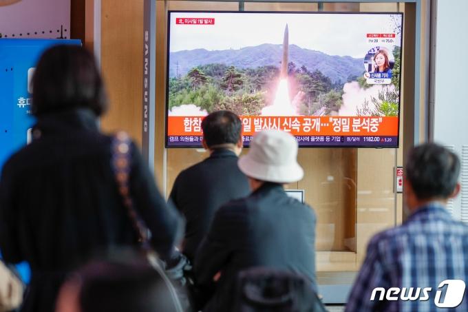 28일 서울역에서 시민들이 북한 단거리 미사일 발사 관련 뉴스를 시청하고 있다. 북한은 이날 오전 6시40분쯤 북한 자강로 무평리 일대에서 '단거리 미사일'로 추정되는 발사체 1발을 동해상을 향해 쐈다. 2021.9.28/뉴스1 © News1 안은나 기자