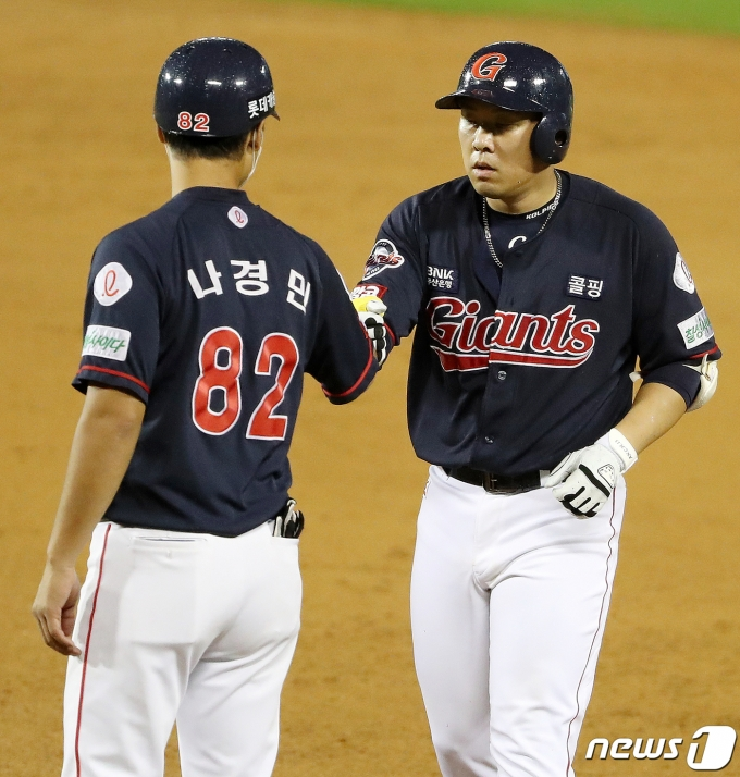 [사진] 나경민 코치와 기쁨 나누는 안치홍
