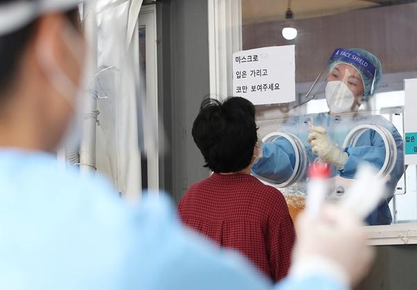 29일 발표될 코로나19 신규 확진자 수가 3000명 안팎이 될 전망이다. 사진은 지난 28일 오전 서울 중구 서울역 광장에 마련된 코로나19 임시선별검사소를 찾은 시민들이 검체 검사를 받고 있는 모습. /사진=뉴스1