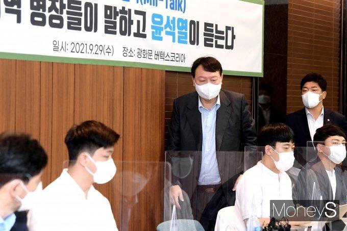 [머니S포토] 윤석열, 예비역 병장들과 '밀톡'