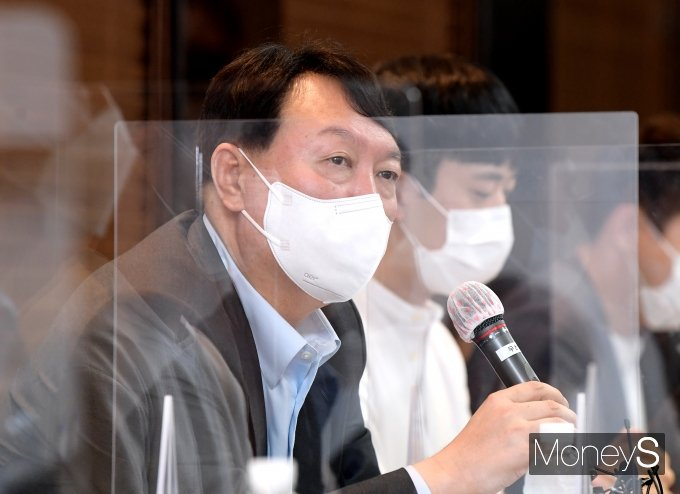 [머니S포토] 예비역 병장들과 간담회서 발언하는 윤석열