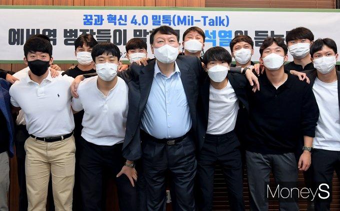 [머니S포토] 윤석열 '예비역 병장 12명과 함께'