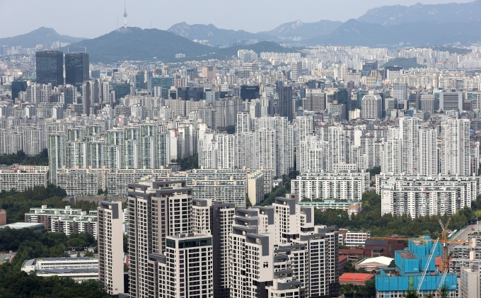 금융당국의 고강도 가계대출 규제에도 지난 9월 5대 시중은행의 가계대출 증가액이 4조원을 넘어섰다. 사진은 서울 강남구,서초구 일대 아파트 단지의 모습./사진=뉴스1