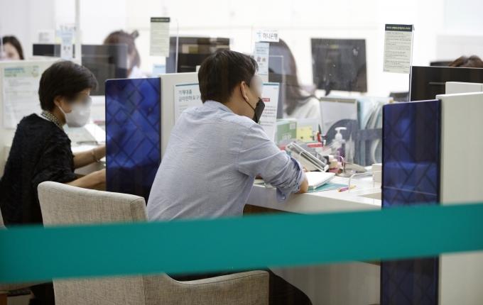 KB국민은행, 하나은행에 이어 SC제일은행, 카카오뱅크까지 가계대출 중단에 나섰다. 사진은 지난달 27일 서울의 한 시중은행 대출창구에서 시민들이 업무를 보는 모습./사진=뉴스1