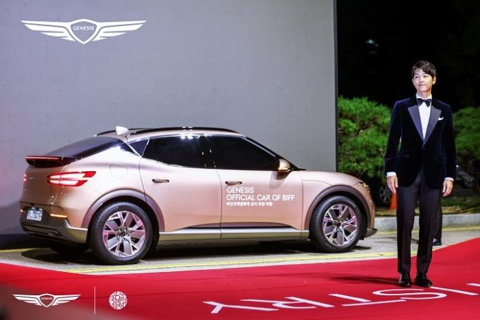 제네시스 브랜드가 부산국제영화제에 의전차를 제공했다. 사진은 GV60에서 내린 배우 송중기. /사진제공=제네시스