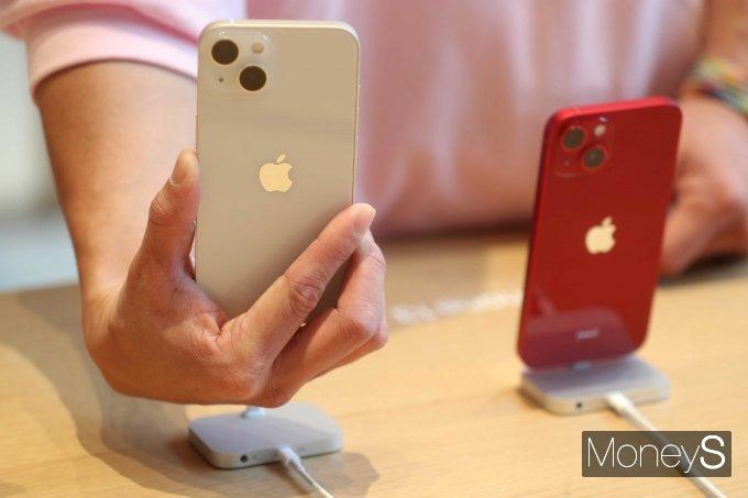 애플 신형 스마트폰 '아이폰13' 시리즈가 국내 정식 출시된 8일 오전 서울 강남구 애플스토어 가로수길에서 고객들이 '아이폰13'을 살펴보고 있다. /사진=장동규 기자